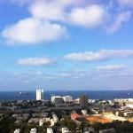 Вид на медицинский комлпекс Рамбам и Хайфский залив с горы Кармель